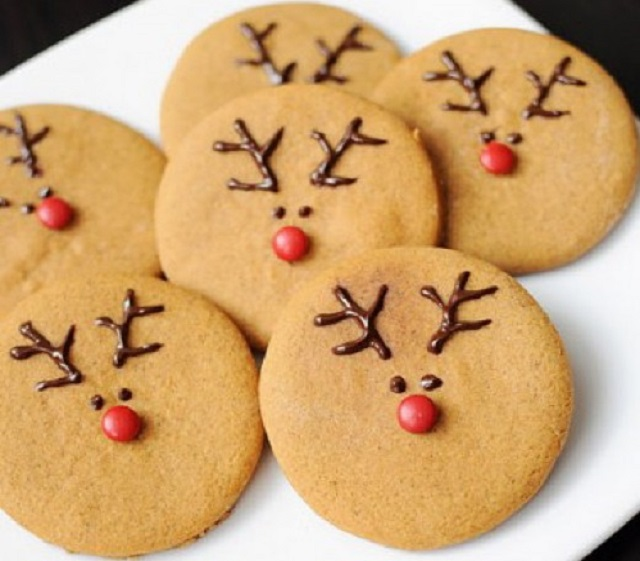 Cute-Christmas-Treats-Reindeer-Faced-Cookies