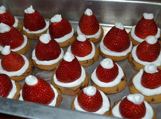 Easy-Christmas-Treats-to-Make-Strawberry-Santa-Hat